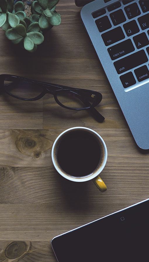 biurko z kawą